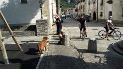 Schorsch hat auf uns gewartet und in der Zwischenzeit einen Hund gemästet.
